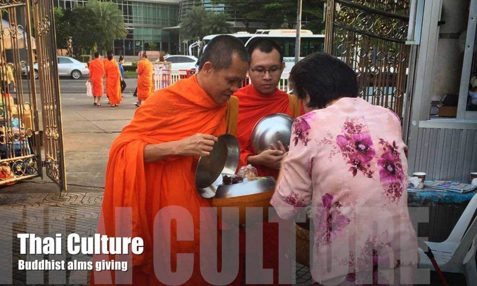 thai-culture-buddhist-alms-giving